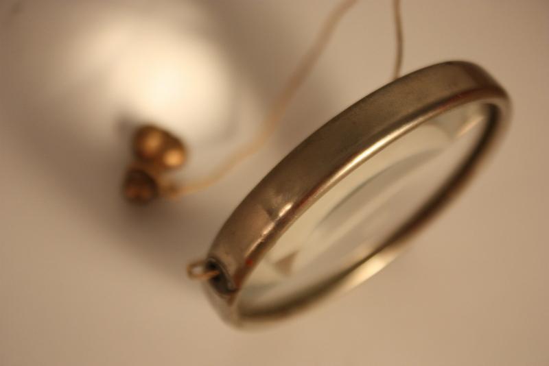 Le directeur / cast bronze, thread, vintage magnifying glass / Frauenau 2009